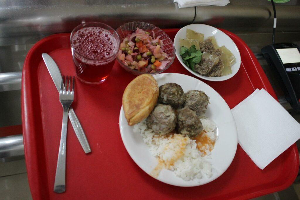 Обед в столовой Дома правительства такой же, как и во многих заведениях Якутска. Пирожок на месте