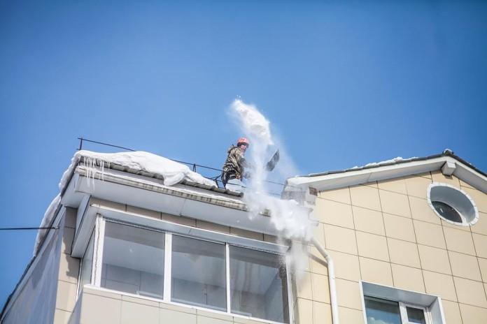 Роструд напомнил работодателям об опасностях при очистке крыш от снега