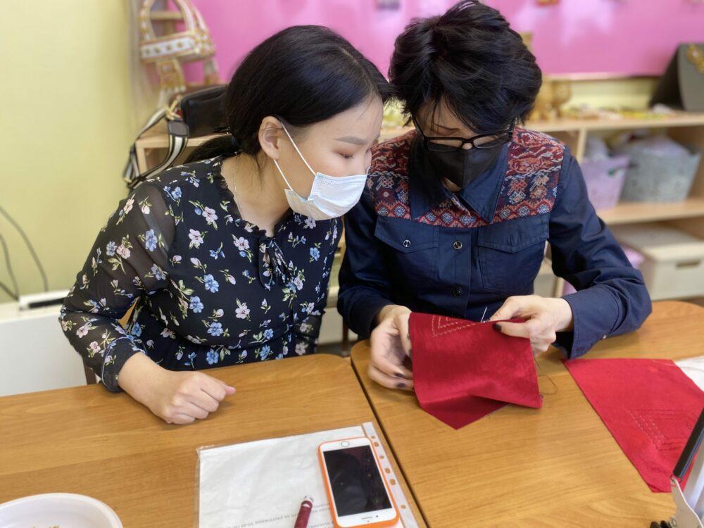 В Якутске именитый дизайнер провела мастер-класс для детей с нарушениями слуха и зрения