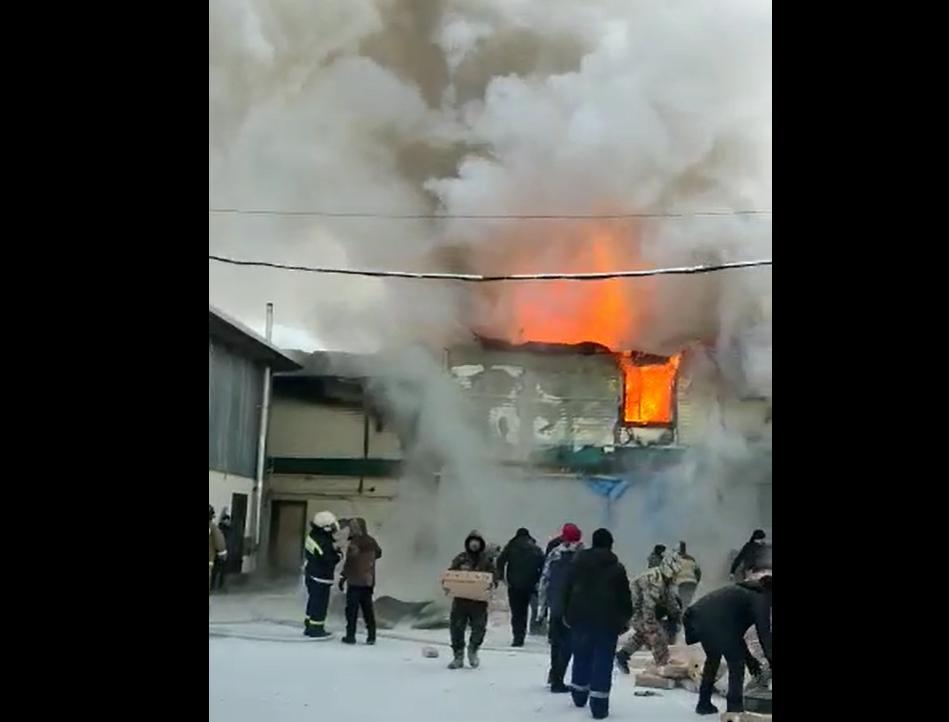 В пожаре на оптовом складе в Нижнем Бестяхе никто не пострадал