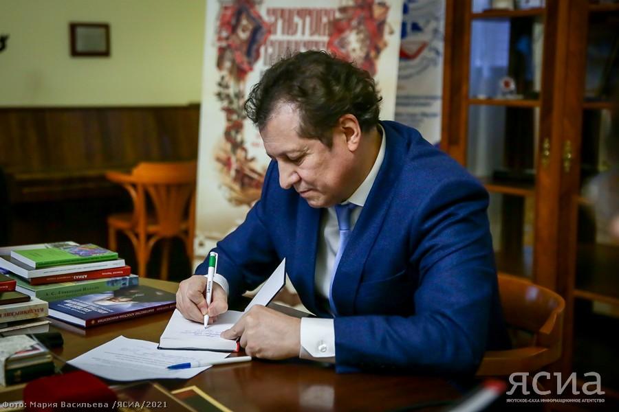 Алексей Чертков подарил свои работы Национальной библиотеке Якутии