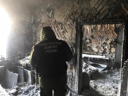 На месте пожара на улице Шевчеко Якутска, где обнаружено тело мужчины, работают следователи