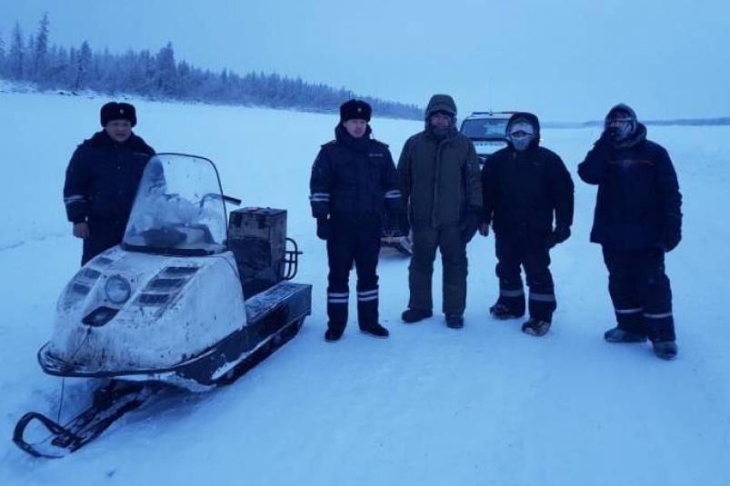 В Якутии полицейские спасли рыбаков, у которых сломался снегоход в -45 градусов