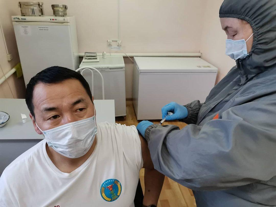 «Чувствую себя хорошо». Глава Амгинского улуса сообщил о получении второго компонента вакцины Спутник-V