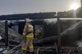 На месте пожара в частном доме в селе Борогонцы, где погиб ребенок, работает следователь