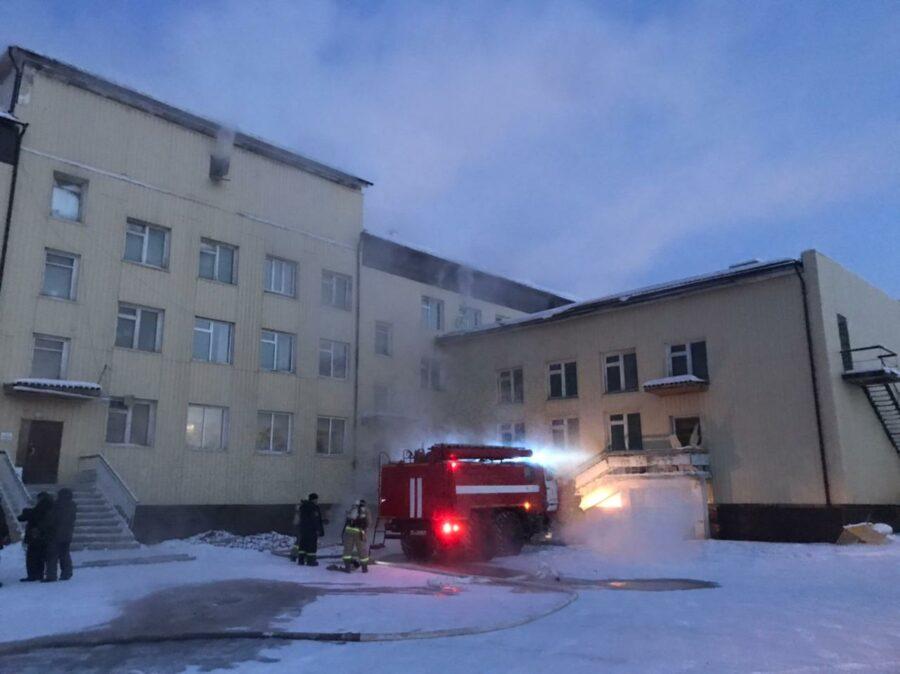 В селе Борогонцы ликвидируют пожар в здании школы