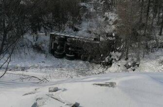 Водитель погиб при опрокидывании большегруза в Якутии