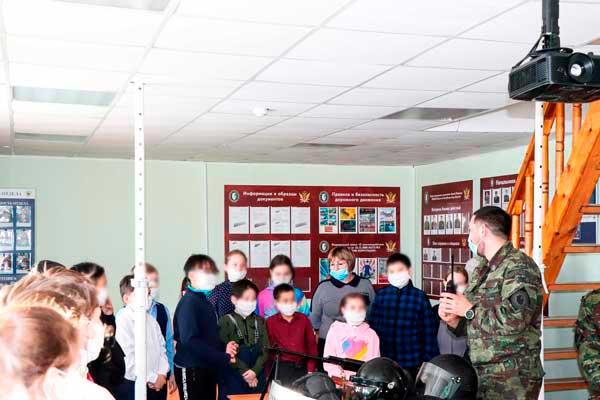 СотрудникиОСН УФСИН «Белый медведь» рассказали школьникам о своей службе