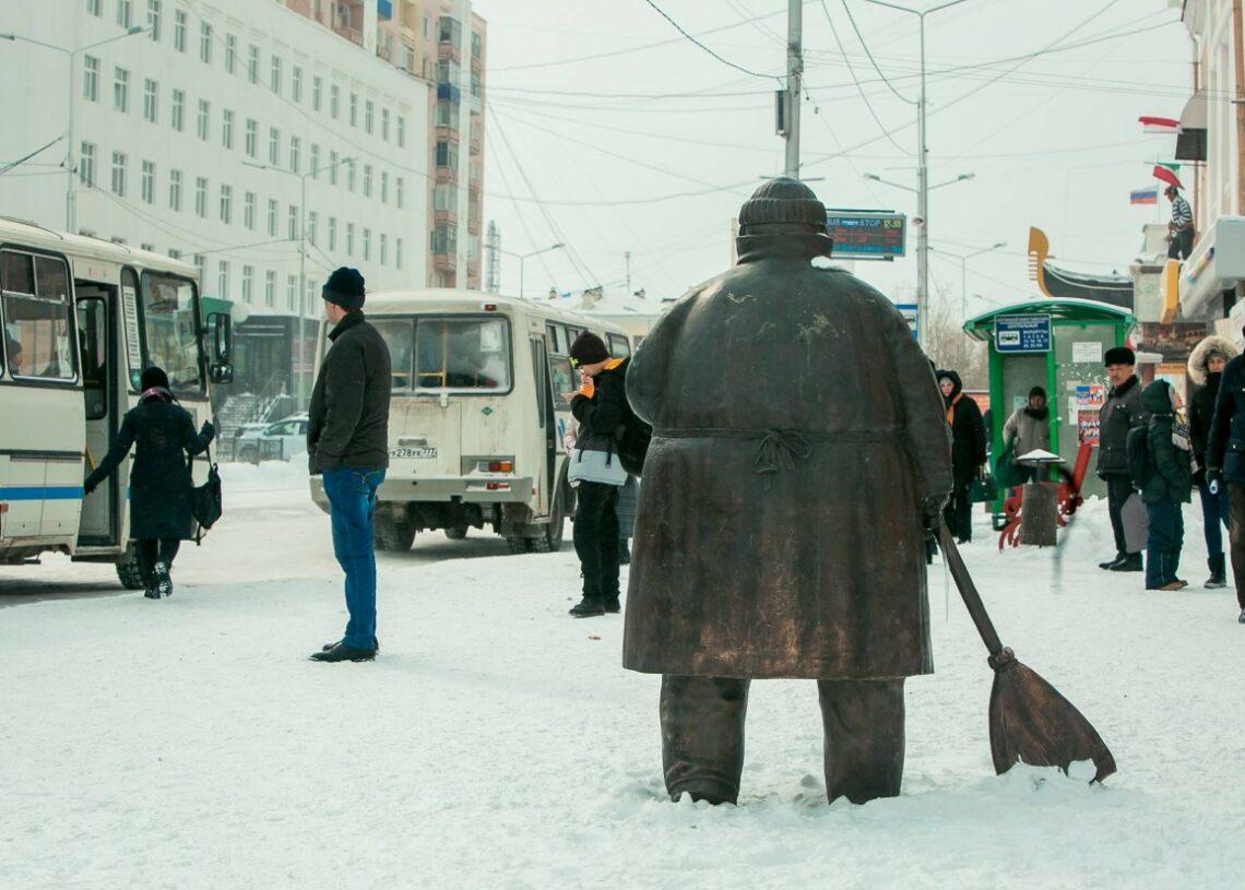 Памятник дворнику в Якутске вошел в энциклопедию самых необычных скульптур России