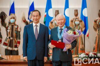 Айсен Николаев вручил якутянам государственные награды ко Дню республики