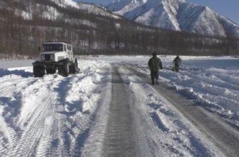 В Якутии перевернулась машина с ГСМ. На месте работают экологи