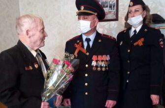Транспортные полицейские Якутии поздравили ветерана войны Алексея Вересового