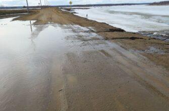 В Якутске из-за скопления талых вод размыло дорогу