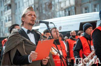 В Якутске участники акции «Поем двором» поздравили ветеранов Великой Отечественной войны