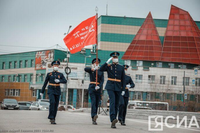 В Якутске подняли символ Знамени Победы