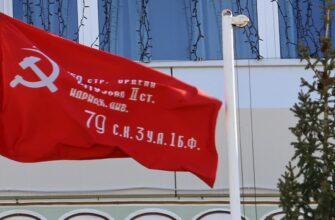 Копию Знамени Победы подняли над центральной площадью города Мирного в Якутии