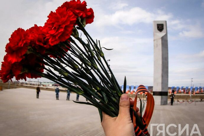 В Парке Победы возложили цветы в память о воинах-якутянах