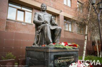 В Якутске возложили цветы к памятнику Василию Никифорову-Кюлюмнюр