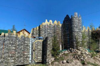 ФОТОФАКТ. Житель села Верхневилюйск Якутии построил забор в виде Ленских столбов