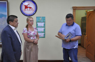 Вдове жителя города Ленска Якутии передали высокую награду мужа