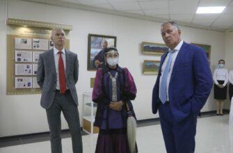 Министр спорта и президент Олимпийского комитета посетили выставку якутских художников
