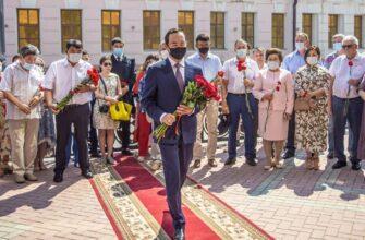 В Якутии в честь Дня национальной печати возложили цветы к памятнику Василия Никифорова-Кюлюмнюра