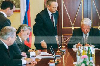 """Рубрика """"Кадр"""": Ельцин и Николаев подписывают договор о разграничении полномочий между РФ и Якутией"""