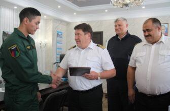 Сергей Ларионов наградил отважного десантника-пожарного Бориса Кручинина