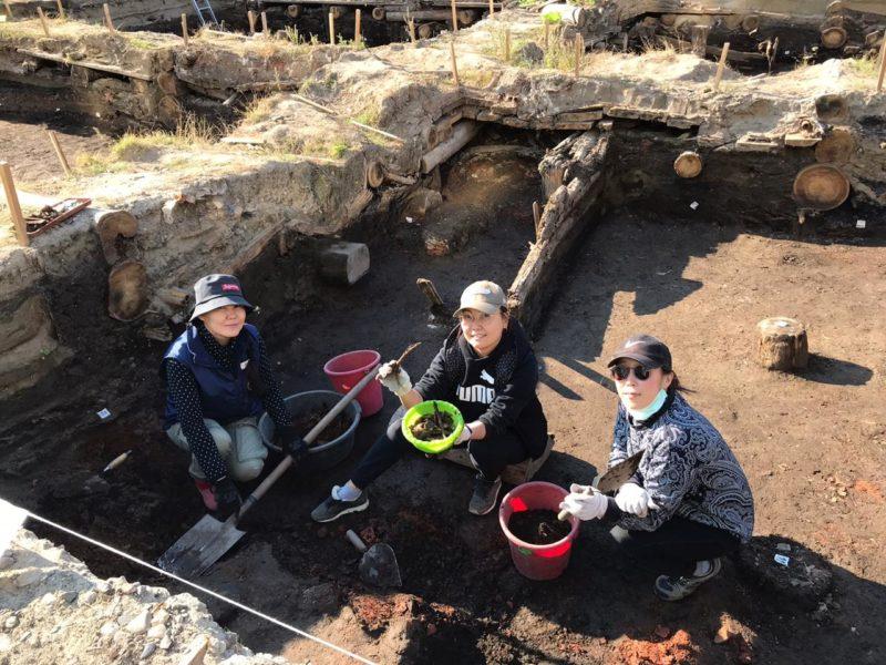 В центре Якутска при раскопках волонтеры-археологи обнаружили фрагменты слюдяных оконниц