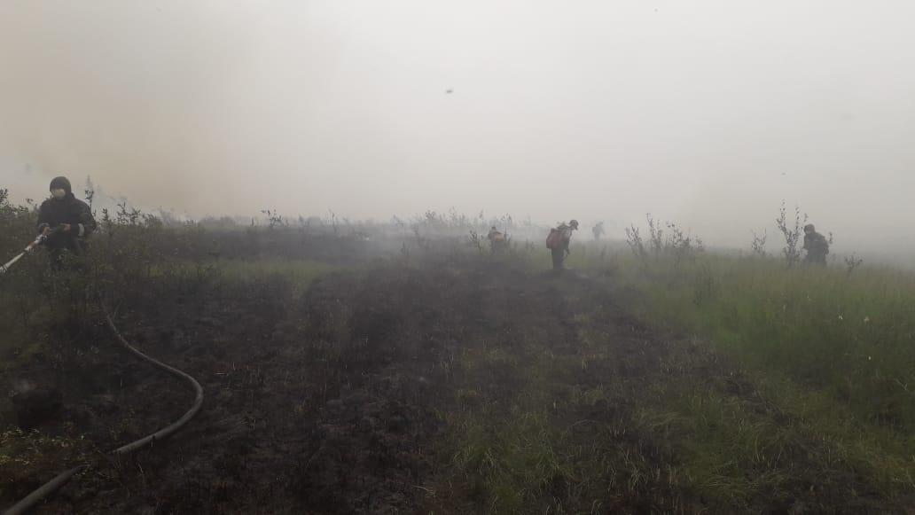 В селе Эбях Среднеколымского района пожар усложнен горением торфа под землей