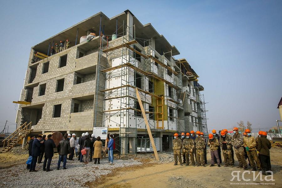 Айсен Николаев в Амге проверил ход строительства дома для переселенцев из аварийного жилья