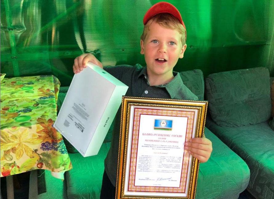 Валентин Мищенко, спасший из воды одноклассника, получил подарок от главы Якутии