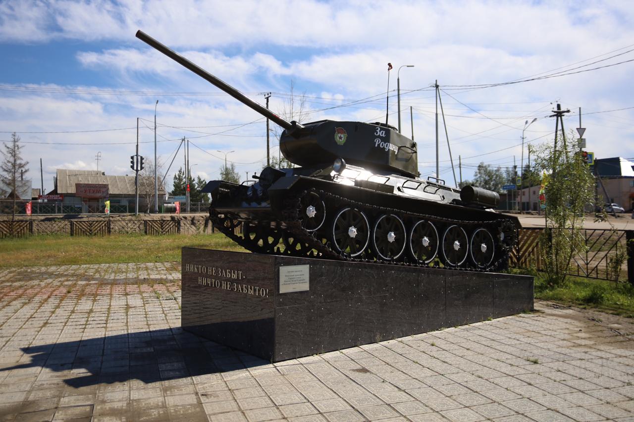 Айсен Николаев встретился с жителем Бердигестяха, воссоздавшим легендарный советский танк Т-34