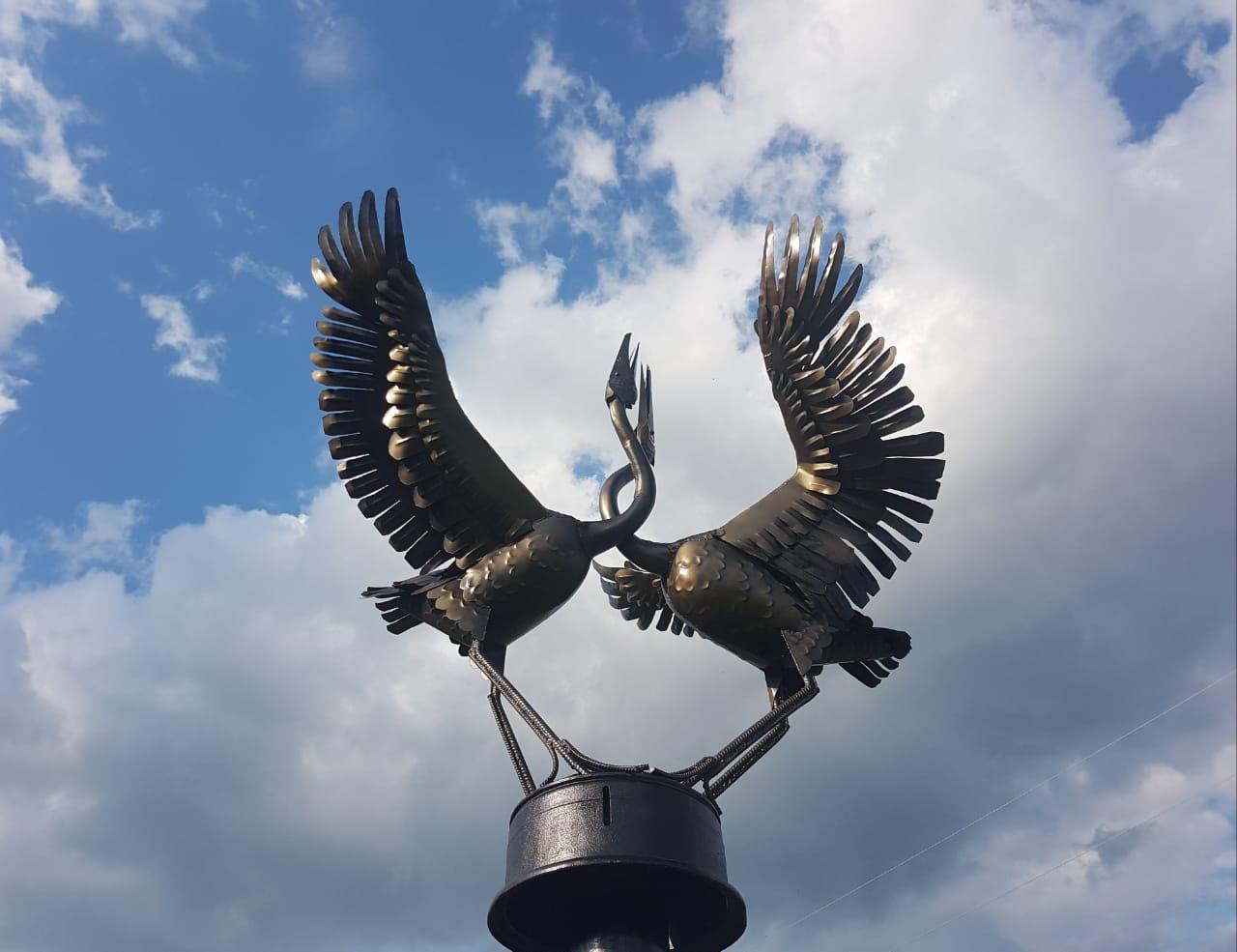 Символ любви к родному краю: Молодые кузнецы создали памятник стерхам на берегу Амги