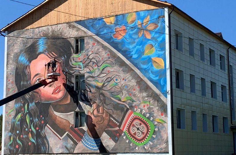 Центральную улицу города Нюрба Якутии украсил мурал в 192 квадратных метра