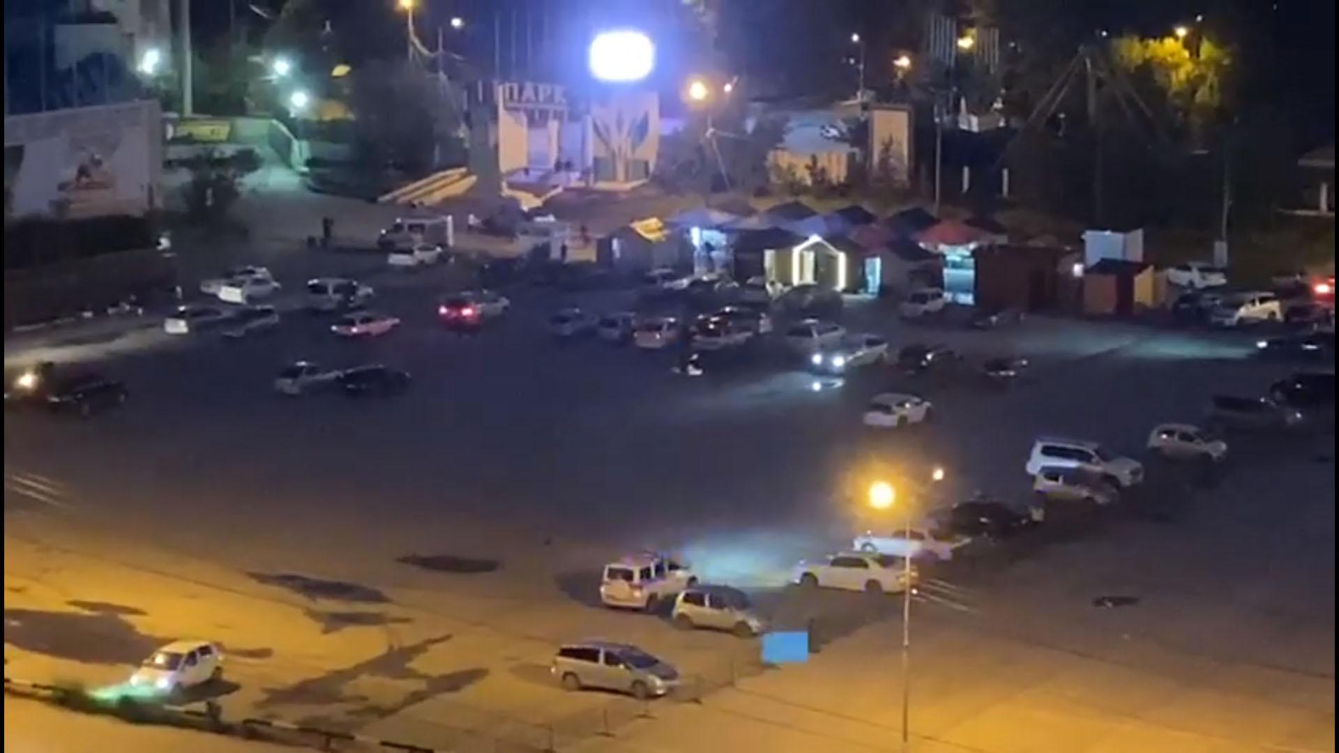 ВИДЕО: Патруль ГИБДД разгоняет собравшихся на Комсомольской площади Якутска
