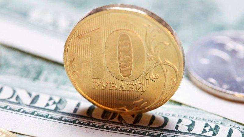 Курс рубля уверенно вырос по отношению к доллару и евро