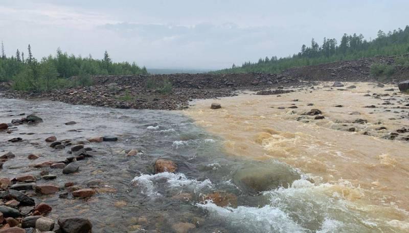 В Якутии золотодобывающая компания вновь загрязнила реки Элькон и Рэдэрга