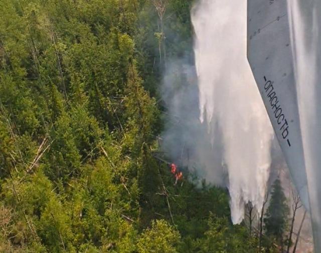 В Момском районе авиация МЧС России тушит природный пожар